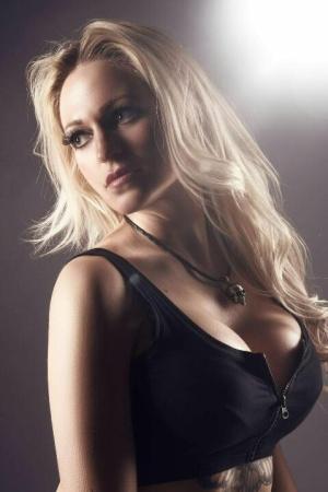 blonde striptänzerin mit großen brüsten
